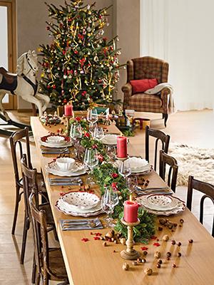 """Tutto può essere decorativo anche i rami raccolti nel bosco:«sono ideali per un<a href=""""http://design.repubblica.it/2018/12/03/un-centrotavola-per-le-feste/#1"""">centrotavola»</a>, afferma ladecor stylist. Come nella tavola delle feste di <a href=""""https://www.villeroy-boch.it/"""">Villeroy&Boch</a>"""
