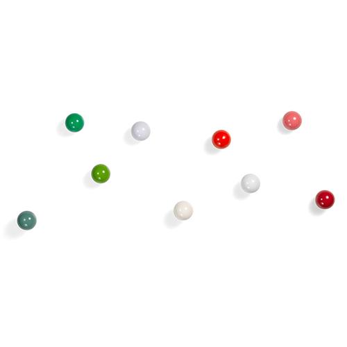 """I <em>Coat Dots</em> di <a href=""""http://www.vitra.com"""">Vitra</a> sono delle piccole palline di legno colorate che si fissano alla parete in base alla propria creatività. Disponibili in tre gruppi di colori (tonalità del rosso, del verde e del bianco), si possono utilizzare non solo all'ingresso o nei guardaroba, ma anche nelle cucine e nei bagni. Il progetto è firmato da Hella Jongerius, la designer olandese nota per fare del colore il fulcro del suo lavoro  (circa 80 euro, tre pezzi)"""