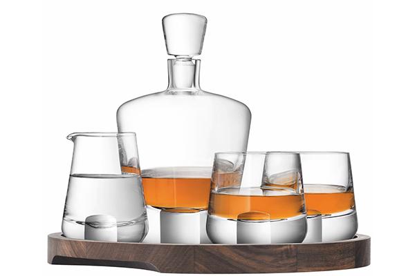 """Papà è un intenditore di whisky? L'elegante collezione <em>Whisky cut</em> di <a href=""""https://www.lsa-international.com/"""">Lsa International</a> è composto da vassoio in legno di noce, decanter, due bicchieri e una brocca (420 euro)"""