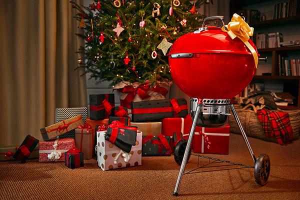 """Rosso come il colore più amato delle feste per l'edizione limitata del <a href=""""http://design.repubblica.it/2017/07/31/da-weber-il-barbecue-da-terrazzo-ad-alte-prestazioni/"""">barbecue</a> a carbone Master Touch di <a href=""""https://www.weber.com"""">Weber</a> (da 329 euro)"""