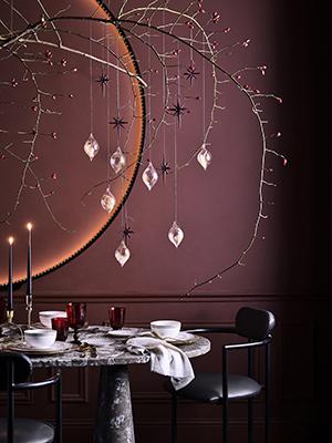 """<em>La tavola furba</em> - Il tavolo è piccolo e avete poco spazio a disposizione? Nastri, palline, piccole ghirlande e cristalli dondolano dall'alto. L'idea è di <a href=""""https://www.zarahome.com/it/"""">Zara Home</a>"""