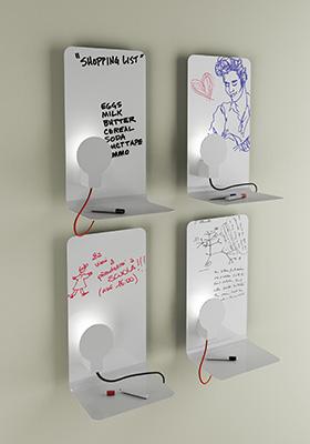"""Per gli amici smemorati Sketch, la divertente lampada <a href=""""http://design.repubblica.it/2018/07/06/vita-da-single-gli-arredi-compatti-e-allinsegna-del-trasformismo/"""">multifunzione</a> di Enrico Azzimonti per <a href=""""http://www.zavaluce.it"""">Zava</a>: mentre illumina diventa piano d'appoggio ma anche superficie scrivibile(342 euro)"""