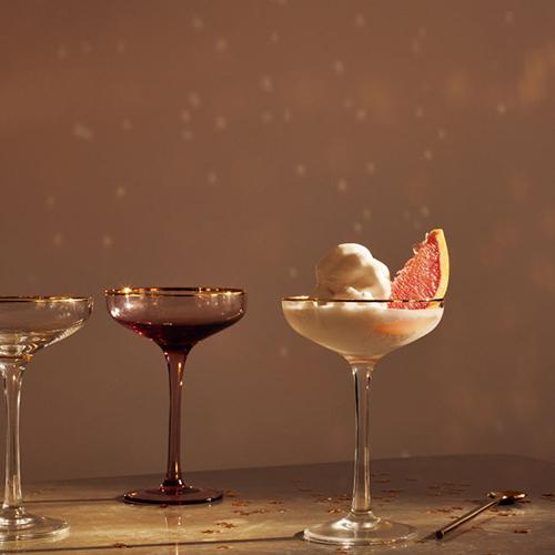 """La coppa da champagne di <a href=""""http://www2.hm.com"""">H&M Home</a> della collezione dedicata al Capodanno 2018 è in vetro trasparente con bordo dorato (7,99 euro)"""