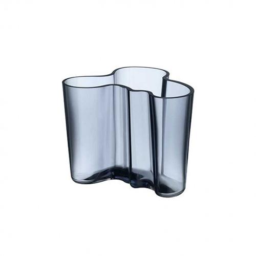 """Un classico dal 1936. La collezione di vasi e ciotole disegnata da Alvar Aalto si ispira alle onde dell'acqua. Diventata un caposaldo del design scandinavo moderno, ogni pezzo della serie è unico poiché è soffiato a bocca nella fabbrica di vetro di <a href=""""https://www.iittala.com/"""">Iittala</a> in Finlandia (99 euro-il pezzo in foto)"""