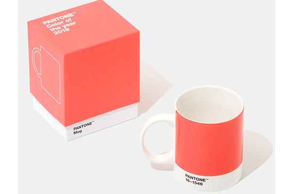 Sullo store online di Pantone sono in vendita alcuni oggetti con protagonista il Color of the Year 2019, come la mug in porcellana