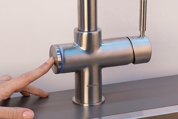 """La novità di <a href=""""http://www.guglielmi.com"""">Guglielmi</a> è <em>Smartap</em>, un miscelatore dotato di un sistema elettronico che consente, con un semplice tocco, di chiudere lo scarico della vasca. Normalmente, per chiuderlo si preme un pulsante a lato della vasca oppure si ruota una manovella, con questa novità invece non sarà necessario praticare ulteriori fori nel top cucina, tutto è integrato in unico prodotto"""