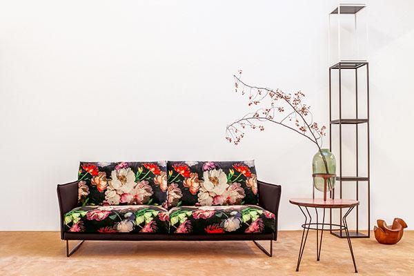 """<a href=""""http://www.twils.it"""">TwilsLounge.it</a> presenta per la prima volta il divano <em>Finn</em> le cui linee si ispirano allo stile scandinavo. La struttura è in pelle, i cuscini di seduta e gli schienali sono in velluto stampato a fiori"""