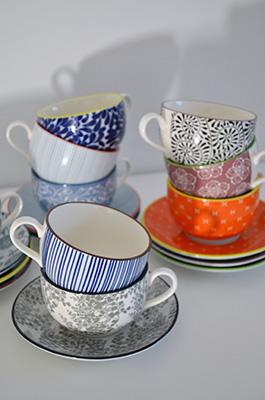 Per il tè o il cappuccino, le tazze con piattino Tue di Zafferano sono declinate in nove tonalità. Completano la collezione, ciotole e piatti in porcellana