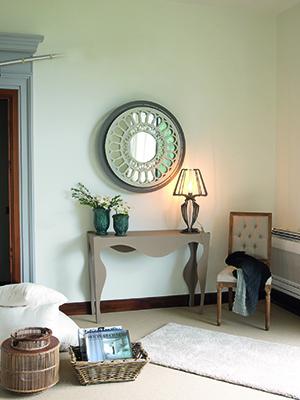 Il nuovo catalogo di Arti & Mestieri presenta Rosone, la collezione di specchi (nella foto) e orologi che cita lo stile barocco