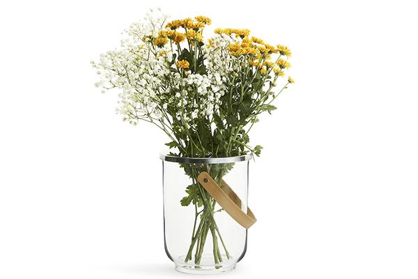 Da utilizzare come vaso, porta bottiglia o per le candele: è la versatile lanterna della linea Natura di Sagaform (distribuito da Schönhuber)