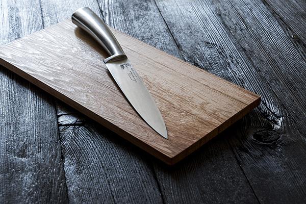 Si ispira al metodo scandinavo di cottura al forno su tavoletta di legno, The Cedar Plank di KnIndustrie realizzato in collaborazione con lo chef Saulo Della Valle