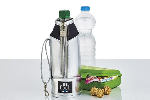 Il contenitore porta bottiglia in tessuto argentato di Be Cool è disponibile anche nella misura per per vino e spumante (distribuito da Schönhuber)