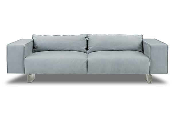 """La collezione 2018 è protagonista dello spazio <a href=""""https://www.baxter.it/it"""">Baxter</a>. Tra i pezzi in mostra il divano <em>Budapestair</em> disegnato da Paola Navone"""