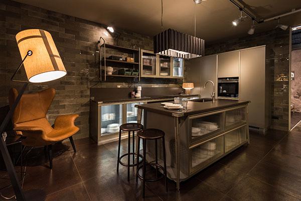 """Nello spazio dedicato alle collezioni Diesel Living del Design Post c'è anche il programma <em>Diesel Open Workshop </em>di <a href=""""https://www.scavolini.com/"""">Scavolini</a> per la cucina (nella foto) e il bagno"""