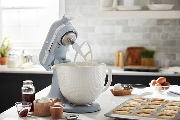 KitchenAid compie 100 anni e lancia una edizione limitata del suo famoso robot da cucina Artisan nella colorazione Misty Blue e con ciotola in ceramica