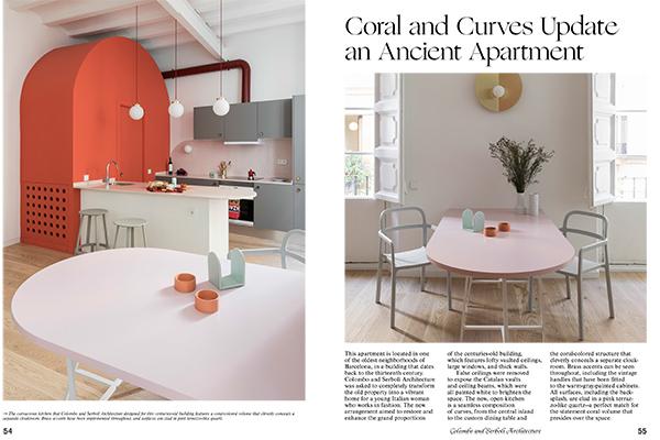 """Questo appartamento si trova nell'antico quartiere El Bon di Barcellona. Allo studio Colombo e Serboli Architecture è stato chiesto di trasformare completamente la vecchia proprietà in una vibrante casa per una giovane donna italiana che lavora nella moda. La nuova cucina è aperta e spicca a struttura color <a href=""""http://design.repubblica.it/2018/12/07/pantone-e-il-living-coral-il-colore-del-2019/"""">corallo</a> che nasconde intelligentemente un guardaroba (foto <em>Kitchen Living</em>, Gestalten 2019)"""