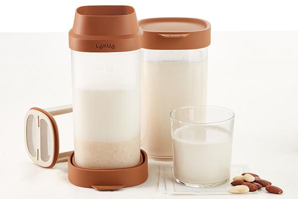 Lékué, specializzata nella produzione di accessori per la cucina in silicone platinico, lancia il Veggie Drinks Maker pensato per preparare bevande vegetali (distribuito da Schönhuber)