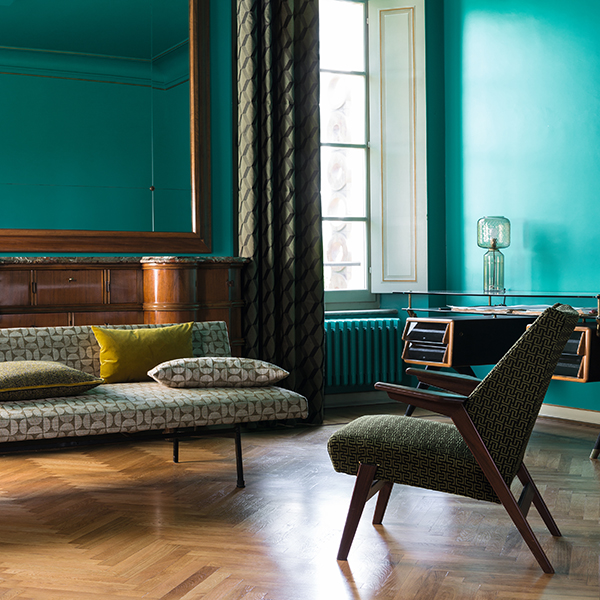 "Il divano <em>Muse</em>, la poltrona <em>Mind-blowing </em>e il tendaggio <em>On the Edge</em> sono alcuni dei pezzi della nuova collezione <em>Treasures of Time</em> di Carlucci by <a href=""https://www.jab.de/it/it"">Jab Anstoetz</a>"
