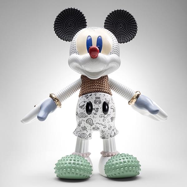 """Nello spazio espositivo delle kermesse parigina, <a href=""""https://www.bosatrade.com/"""">Bosa</a> presenta un universo prezioso di personaggi e superfici tridimensionali. In foto <em>Mickey forever young</em> disegnato da Elena Salmistraro per festeggiare i <a href=""""https://design.repubblica.it/2018/11/16/topolino-compie-90-anni-i-tributi-del-design-per-la-casa/"""">90 anni del topo più famoso del mondo</a>"""