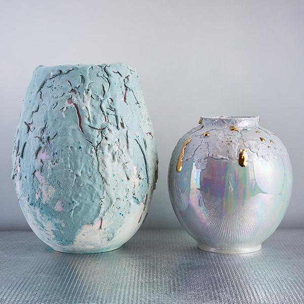 """<em>Dust & Light</em> sono i nuovi vasi a forma di goccia firmati <a href=""""http://www.corallamaiuri.com/"""">Coralla Maiuri</a> che si distinguono per le loro macchie opache"""