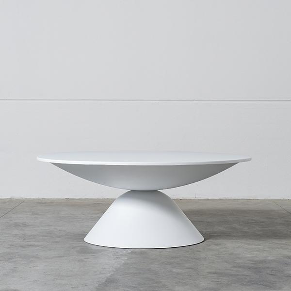 """Un tavolo rotondo come elogio all'imperfezione. Si chiama <em>Plateau</em>, è realizzato in vetroresina bianca e porta la firma del brand <a href=""""http://www.imperfettolab.com/"""">Imperfettolab </a>"""