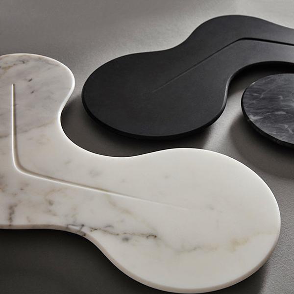 """Una tavolozza di colori monocromatici, il bianco e il nero, colora il marmo di questi piatti di <a href=""""http://www.zaha-hadid-design.com"""">Zaha Hadid Design</a>"""