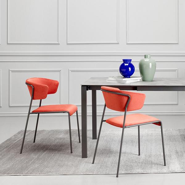 """Sono di <a href=""""https://www.scabdesign.com/"""">Scab Design</a>: <em>Pranzo allungabile</em>, il tavolo pensato per il living ma ideale anche per l'outdoor e soluzioni <a href=""""https://design.repubblica.it/2018/10/23/orgatec-lufficio-e-fluido/#1"""">home office</a>, e la seduta <em>Lisa</em> che diventa waterproof"""