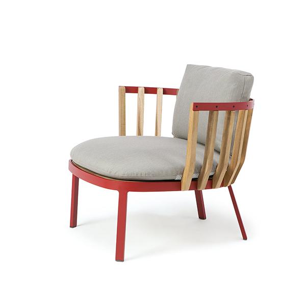 "La poltroncina <em>Swing</em>, design Patrick Norguet per <a href=""https://www.ethimo.com/it"">Ethimo</a>, è l'ideale per arredare ambienti preposti al relax en plain air"