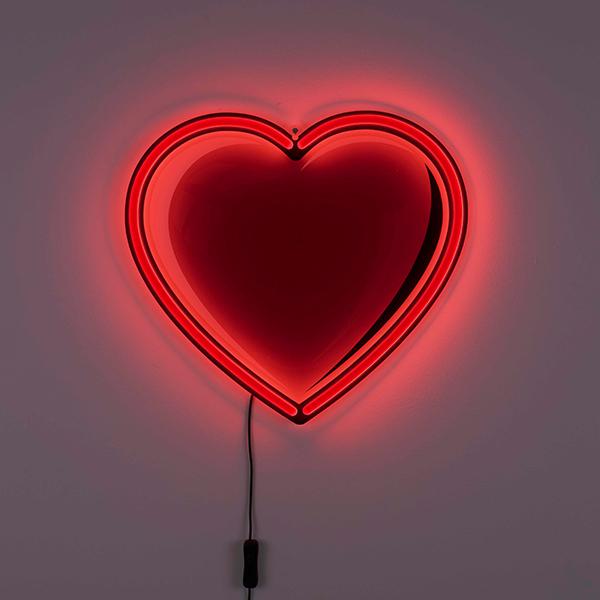 """La magia pop dei neon illumina <em>Heart Lamp</em>. La lampada si ispira all'amore e a San Valentino ed è stata disegnata da Studio Job per <a href=""""https://www.seletti.it/"""">Seletti</a>"""