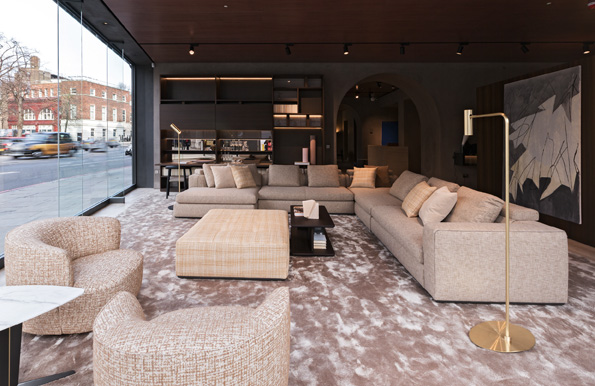 Al piano terra è  possibile ammirare la maestosa cucina VVD, il divano Paul in velluto verde e le sedute Albert insieme ai capolavori di Gio Ponti