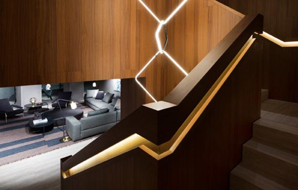A unire i due piani una scenografica scala, rivestita in noce con gradini in marmo travertino, che riproduce, in piccolo, la scala del flagship store di New York