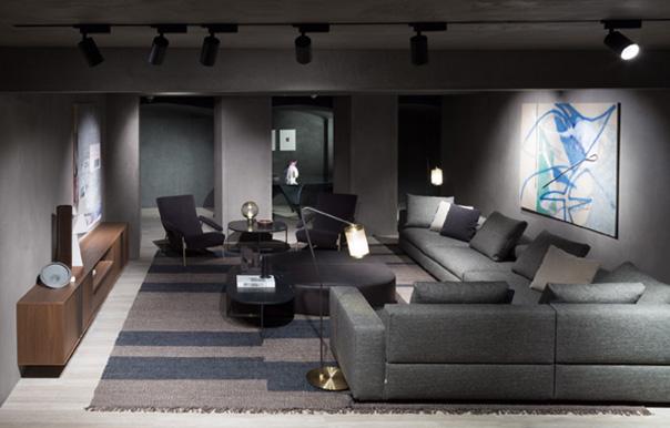 Il flagship store è arricchito da una serie di opere di artisti contemporanei promossi da Molteni con il progetto The Collector's House