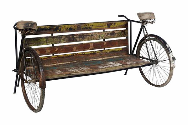 Per la sezione vintage-ecologico Novità Home propone la curiosa panca Bicicle realizzata con parti di biciclette e metalli di recupero per la seduta