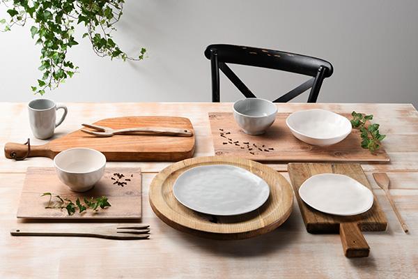 Il servizio di piatti Nordik Grey&White di Tognana riproduce l'effetto pietra levigata