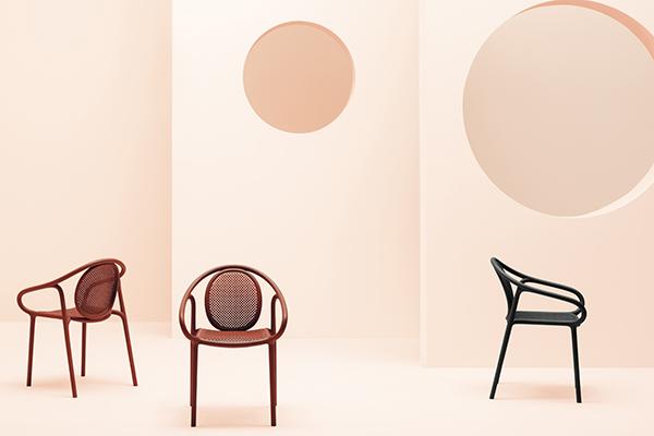 """<a href=""""https://www.pedrali.it/"""">Pedrali</a> punta l'attenzione sulle sedute disegnate da Eugeni Quitllet: la poltrona <em>Soul</em> e <em>Remind</em> che cita le  curve morbide e sinuose delle sedie in legno della seconda metà del XIX Secolo (nella foto)"""