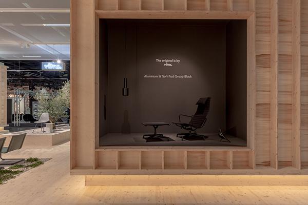 "<a href=""http://www.vitra.com/"">Vitra</a> invece presenta una nuova versione delle sedie <em>Aluminium</em> e <em>Soft Pad</em> ora disponibili anche in nero"