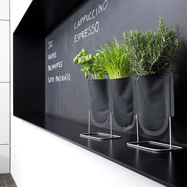 """I tre sacchi per piante realizzati in tessuto da <a href=""""http://www.authentics.de"""">Authentics</a> sono l'ideale per chi desidera avere un pezzo di giardino in casa o sul balcone. Ciascuno ha la capacità di 1 litro ed è adatto a vasi di diametro massimo di circa 9 centimetri (98 euro)"""