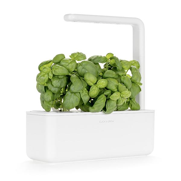 """<a href=""""https://eu.clickandgrow.com/"""">Click & Grow</a> <em>Smart Garden 3</em> è un sistema innovativo studiato per coltivare piante indoor senza sforzi. Dotato di lampade a led professionali, consente la crescita delle piante tutto l'anno irrigandole in modo automatico e assicurando loro la giusta quantità di luce, ossigeno e nutrienti. Lo starter kit include 3 capsule di basilico per iniziare subito la coltivazione. Dove acquistarlo? Da <a href=""""http://www.moronigomma.it"""">Moroni Gomma</a> (99 euro)"""