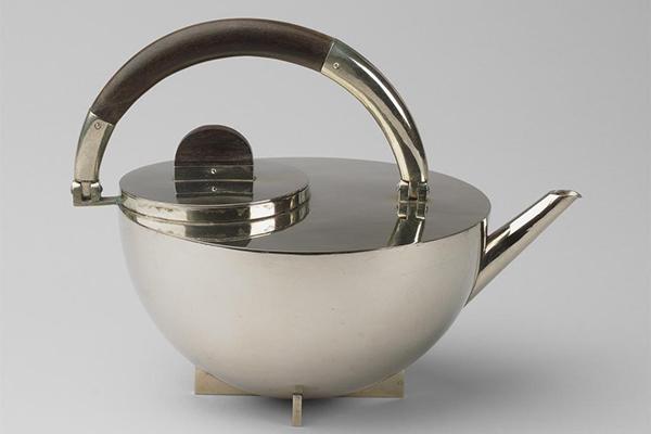 La teiera del servizio da tè ideato da Marianne Brandt, studentessa prima, docente poi al laboratorio di lavorazione del metallo