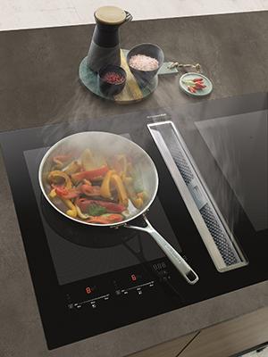 """Cerchi una cappa invisibile? Da <a href=""""https://www.kitchenaid.it/"""">KitchenAid</a> il piano a induzione con aspirazione a 4 velocità integrata direttamente all'altezza del piano"""