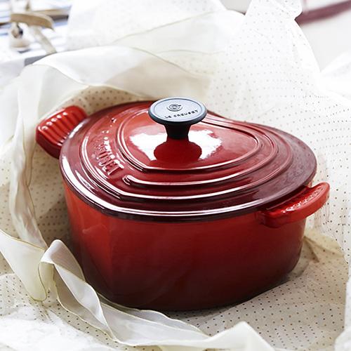 """Per non lasciare nulla al caso un tocco romantico anche ai fornelli con la casseruola in ghisa di <a href=""""https://www.lecreuset.it/"""">Le Creuset</a> nella versione a forma di cuore rosso ciliegia (185 euro)"""
