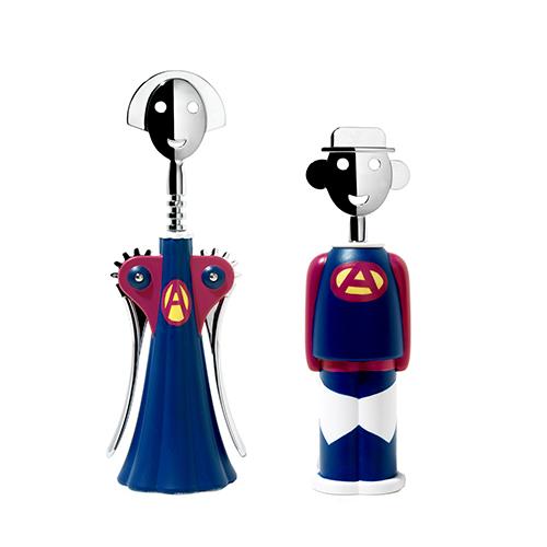 Il tirebouchon Alessandro M in versione Superman. Mendini lo ha disegnato nel 2004 per affiancarlo al cavatappi Anna G, diventato uno degli oggetti di design più famosi della storia. Entrambi sono prodotti da Alessi