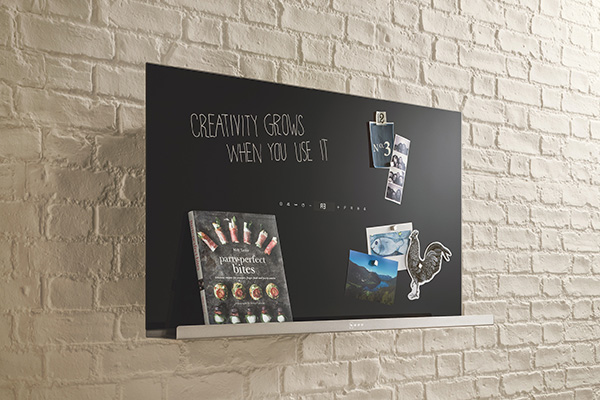 """Da<a href=""""https://www.neff-home.com"""">Neff</a>la cappapersonalizzabile.<em>CreativeDesign</em> diventa una mensola sulla quale porre ad esempio i libri di ricette. È anche una <a href=""""https://design.repubblica.it/2016/02/01/effetto-lavagna-idee-decor-per-creativi-e-smemorati/#1"""">lavagna</a> per prendere appunti da non dimenticare. Inoltre è magnetica e permette di appendere ricordi e fotografie"""