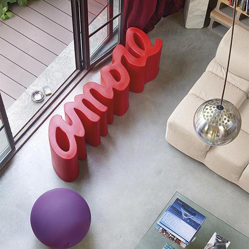 """<em>Amore</em>è unapanchina in polietilene firmata da <a href=""""http://slidedesign.it"""">Slide</a>. Adatta anche agli esterni, è disponibile in 13 colori (354 euro)"""