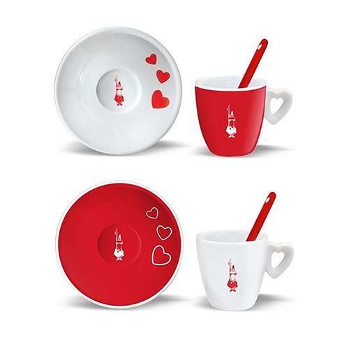 """Per rendere speciale anche il rito del caffè le tazzine di <a href=""""https://www.bialettistore.it/"""">Bialetti</a> (in vendita anche su <a href=""""https://www.ebay.it/"""">eBay</a> a circa 23 euro)"""