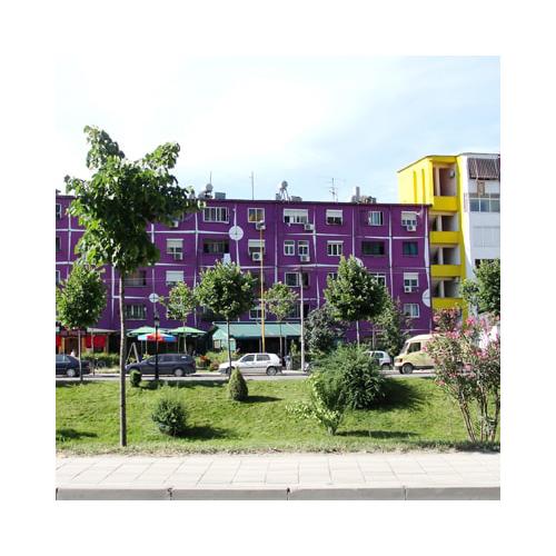 """Ad aprire il libro l'incredibile storia di Tirana che conferma come il colore in architettura può innescare dei meccanismi sul comportamento delle persone: toni accesi e sgargianti hanno dato una iniezione di fiducia al popolo che """"ricomincia a frequentare i caffè e a parlare di crescere i propri figli in un nuovo tipo di città"""", afferma l'autrice"""