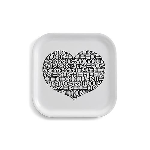"""Contiene la parola amore in 19 lingueil motivo<em>International Love Heart</em>disegnato da Alexander Girard. <a href=""""http://www.vitra.com/"""">Vitra</a>gli hadedicato una collezione in edizione limitata: cuscini, vassoi (in foto - 295 euro), biglietti di auguri e piatti decorativi sono disponibili solo per la primavera/estate 2019"""