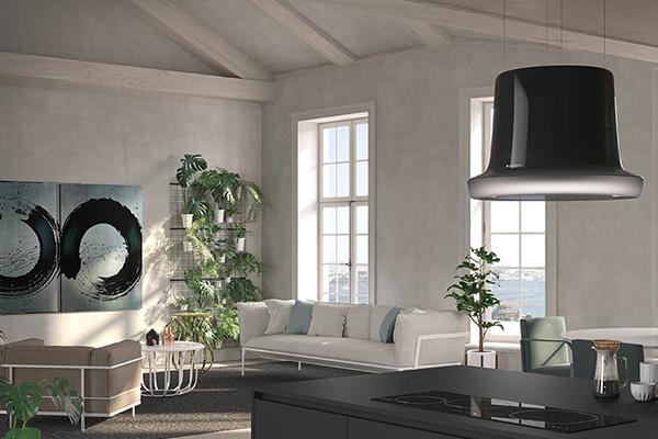 """Quando la cucina è aperta sul soggiorno si può optare per una scenografica cappa-lampadario come <em>Glow</em> di  Carlo Colombo per <a href=""""https://www.faberspa.com"""">Faber</a>. Questo modello è dotato della tecnologia """"up & down""""  che permette di avvicinare la cappa al piano cottura nel momento del bisogno per poi farla risalire"""