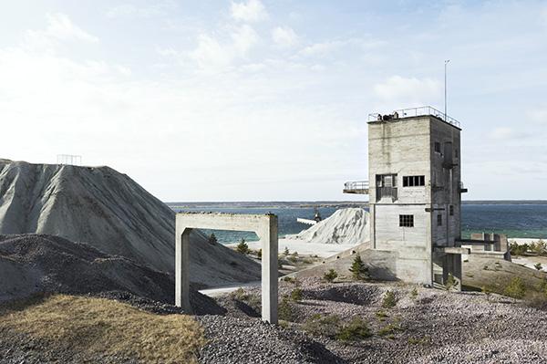 """Il Fabriken Furillen occupa una ex fabbrica di calce sull'isola di Gotland in Svezia. L'architettura industriale dell'edificio è stata preservata fedelmente. L'hotel mette a disposizione di chi voglia veramente """"staccare la spina"""" due camere prive di elettricità(photo Peter Guenzel, Bon Voyage, gestalten 2019)"""