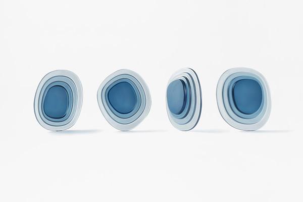 Nendo crea l'illusione della profondità sovrapponendo dischi in cristallo blu o verde smeraldo di varie dimensioni, un mix di spessori che permette di ottenere una gamma di diverse sfumature perché più il lago è profondo e più è scuro il suo colore (foto Akihiro Yoshida)